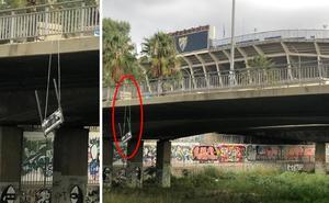 La placa de Al Thani aparece colgada del puente de la Rosaleda