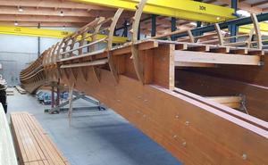 Comienza el ensamblaje de la pasarela de madera que se instalará sobre el Guadalhorce