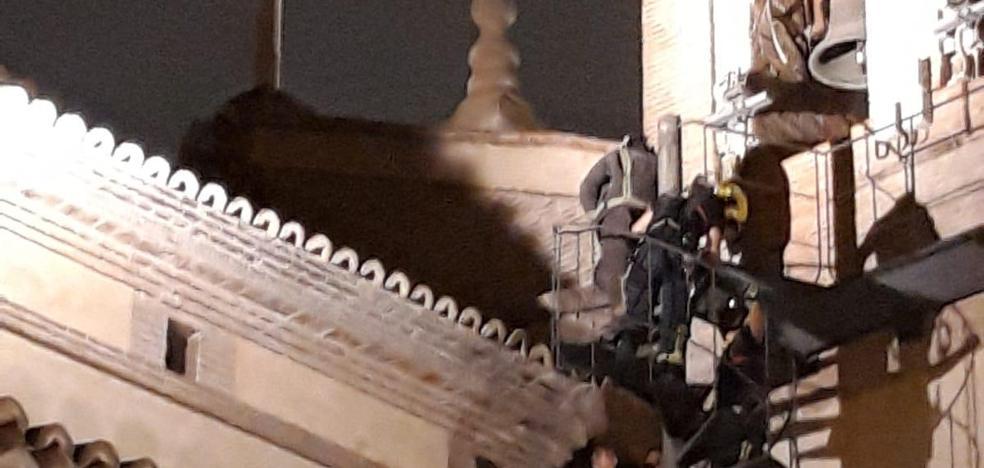 Bomberos y Policía Local impiden que un hombre salte desde el tejado de la Iglesia de El Carmen