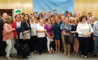 Juanma Moreno llama a las mujeres rurales a «liderar la transformación» de la sociedad