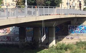 El Ayuntamiento repondrá la placa de la glorieta de Al-Thani hasta que se delibere sobre su retirada
