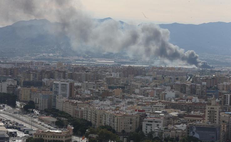 Espectacular columna de humo por un incendio en un aparcamiento de caravanas
