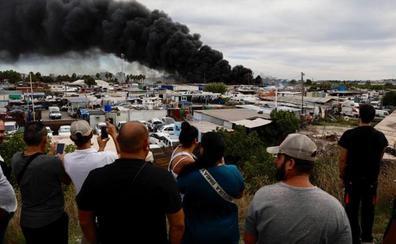 Un gran incendio en el polígono Guadalhorce calcina parte de un aparcamiento