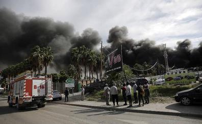 El incendio del polígono Guadalhorce obligó a movilizar a todos los bomberos de Málaga