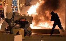 Tercera noche de fuego y barricadas en Cataluña