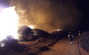 Estabilizado el incendio forestal de Manilva que obligó a cortar la AP-7 y a desalojar a unas 40 personas