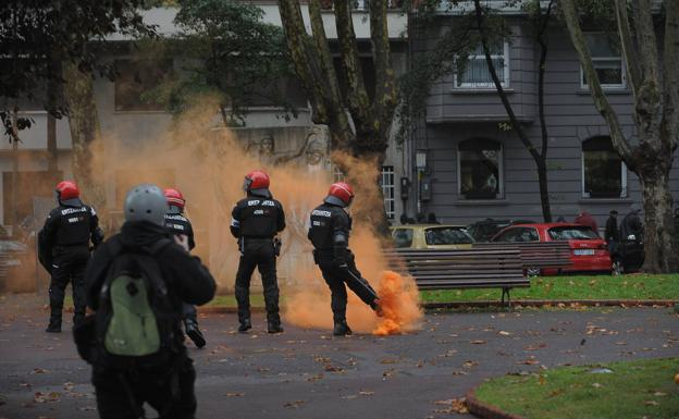 Al menos quince detenidos y dos agentes heridos durante una protesta por el mitin de Vox en Bilbao