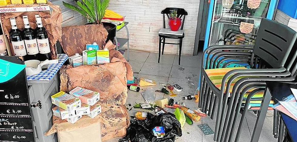 Arrested after stealing in a Nerja cafeteria and escaping with a business apron