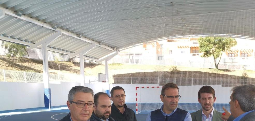 The construction of covered sports courts in the municipal pavilion of Torre de Benagalbón is finished
