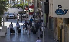 Invader vincula al equipo del CAC en la instalación de sus mosaicos en Málaga