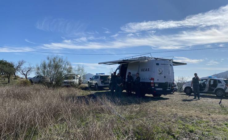Más de 300 efectivos peinan el monte entre Arenas y Sedella en busca del cadáver de Dana Leonte