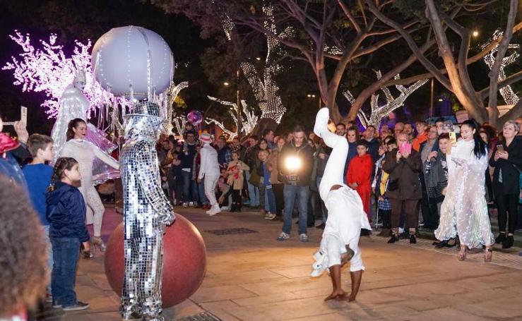 Un pasacalles circense en la Alameda Principal