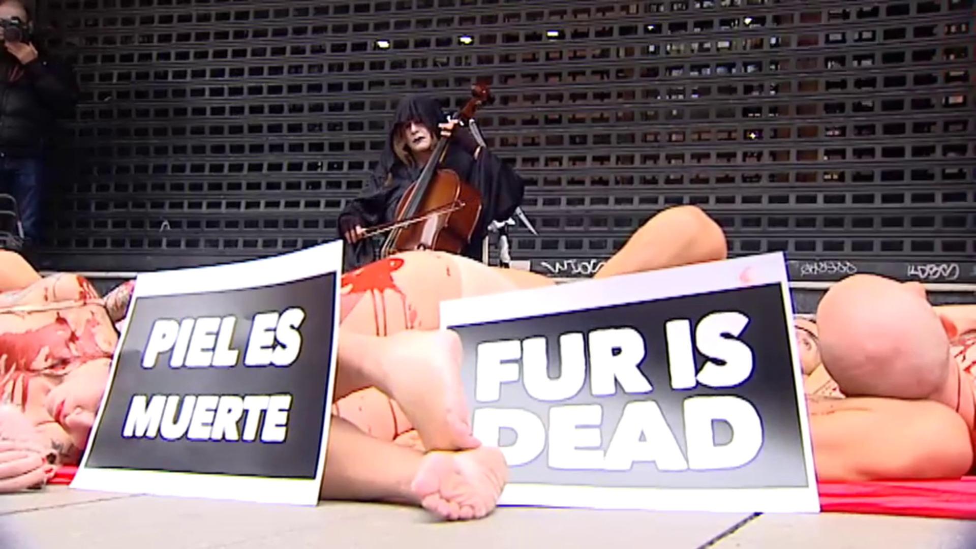 Performance animalista en Madrid contra la crueldad del uso de pieles en la industria textil