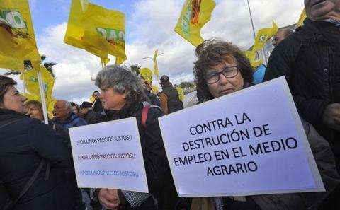 Agricultores bloquean la plataforma de Lidl en Málaga por la crisis de precios hortofrutícolas