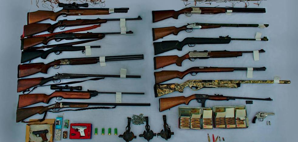 Arrested in Periana for having a zulo with illicit weapons, ammunition considered war and prohibited hunting gear
