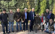 Rincón de la Victoria rinde homenaje a Manuel Alcántara con una escultura y una cerámica
