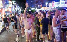 Baleares prohíbe el turismo de borrachera y expulsará a los que hagan 'balconing'