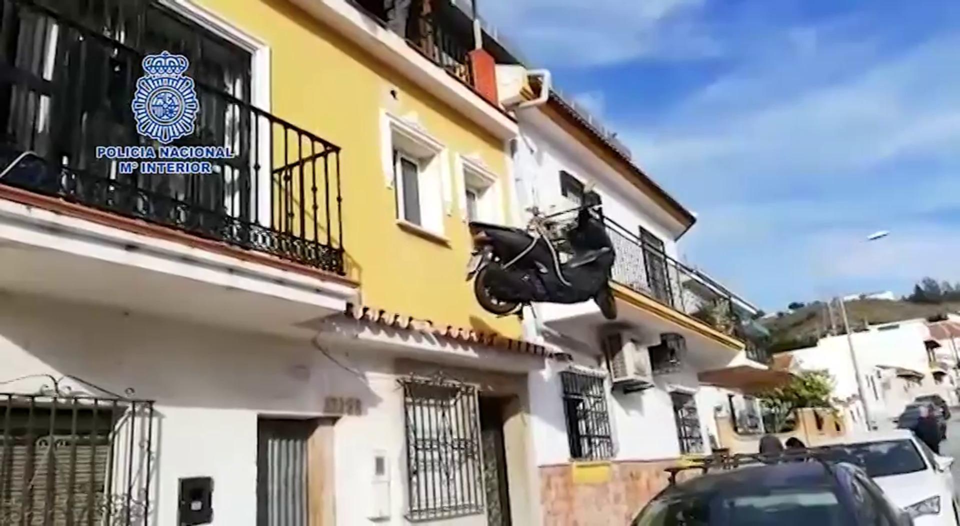Recupera de la azotea de una vivienda una moto robada en Málaga capital