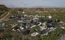 Toneladas de basuras jalonan el entorno del tramo final del río Guadalhorce