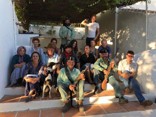 Parte de los participantes en el rodaje del documental, que se prolongó durante tres años en distintas localizaciones de Frigiliana. /