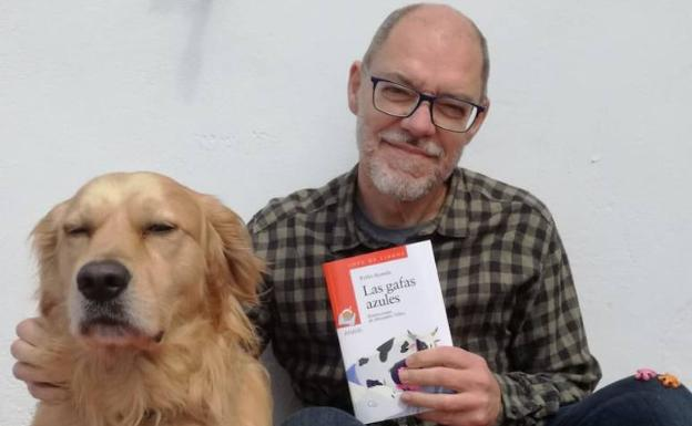 Pablo Aranda, con su inseparable Turrón, al que dedica su nuevo libro infantil, 'Las gafas azules'. /SUR