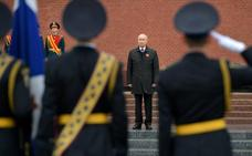 Putin sale del aislamiento para el Día de la Victoria mientras su estrella se apaga