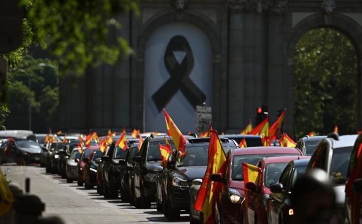 La manifestación de Vox en coche contra Sánchez, en imágenes