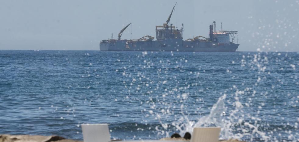 El extraño barco que está fondeado en la Bahía de Málaga