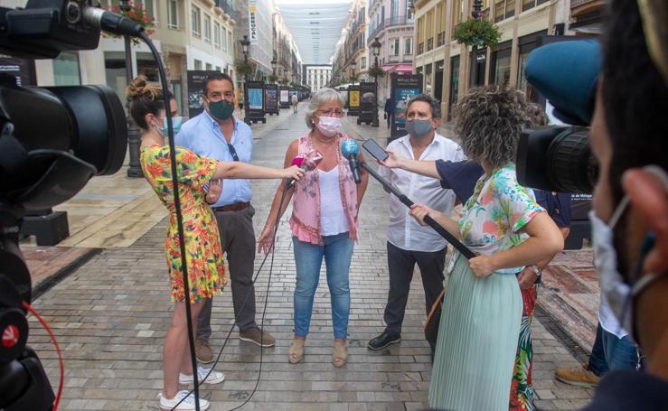 La exposición 'Málaga de Feria, Carteles e Imágenes' en calle Larios, en imágenes