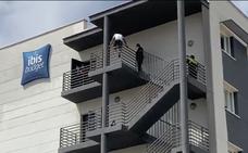 Unos policías evitan que un hombre salte desde la última planta de un hotel en Málaga