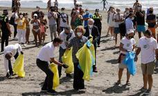 La reina Sofía participa en Rincón de la Victoria en una campaña de recogida de residuos en las playas