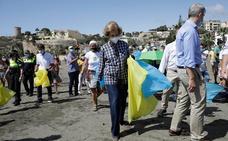 La reina Sofía participa como voluntaria en la campaña de recogida de residuos '1m2 por las playas y los mares' en Rincón de la Victoria