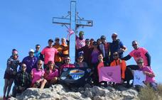 La solidaridad con el cáncer de mama conquista el Pico del Cielo en Nerja
