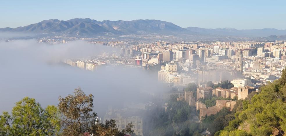 El taró cubre con un manto de niebla el Centro de Málaga 2