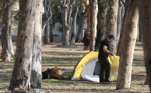 Indigentes acampados ayer en los Baños del Carmen. /salvador salas