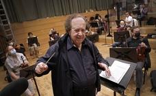 José Serebrier, director de orquesta: «La valentía de la OFM de seguir haciendo música es importantísima»