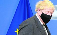 Boris Johnson prepara buques patrulleros contra los pescadores europeos