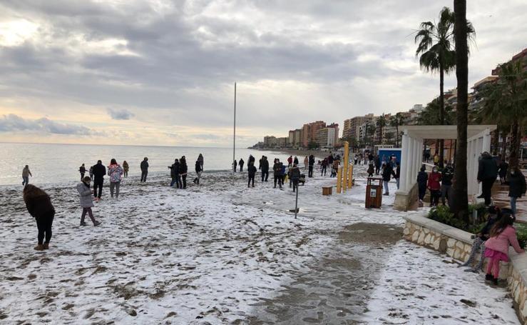 El temporal deja una insólita estampa en Fuengirola, cubierta de granizo