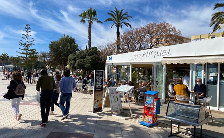 Buen ambiente y ganas de calle en la reapertura del comercio y la hostelería en Vélez-Málaga