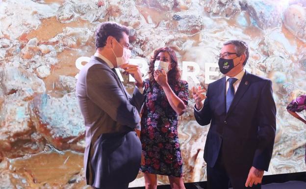 Juanma Moreno y Francisco Salado conversan con la cantante de Dry Martina.