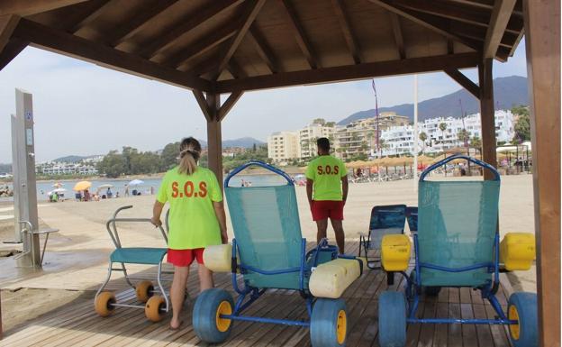 Las Playas De Estepona Cuentan Ya Con Socorristas Y Baños Asistidos Diario Sur