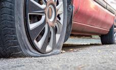 Cómo cambiar una rueda y usar el kit anti pinchazos del coche