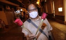 Ali Abbas, el hombre que reparte rosas en el Centro