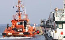 Rescatadas diez personas que navegaban en una patera rumbo a la costa de Málaga