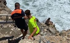 Rescatan a una bañista en una zona de rocas de Torrox