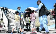 Los talibanes rompen su aislamiento aéreo