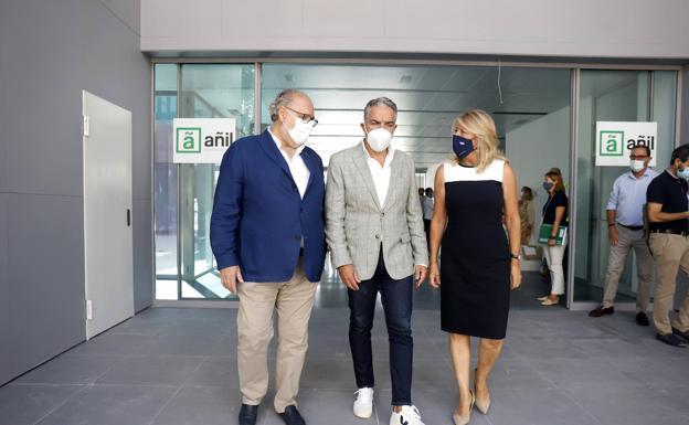 El Asesor de Presidencia, Administración Pública e Interior, Elías Bendodo (c), acompaña la finalización de las obras del nuevo San Pedro / E. PRENSA