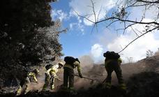 Una treintena de efectivos del Infoca siguen trabajando en la extinción del incendio de Sierra Bermeja