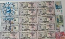 Una mujer entrega a la policía una carpeta con casi 1.400 euros que se había encontrado en La Trinidad