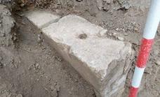 El misterio del sillar: ¿Una tumba romana o parte del Cementerio Inglés?